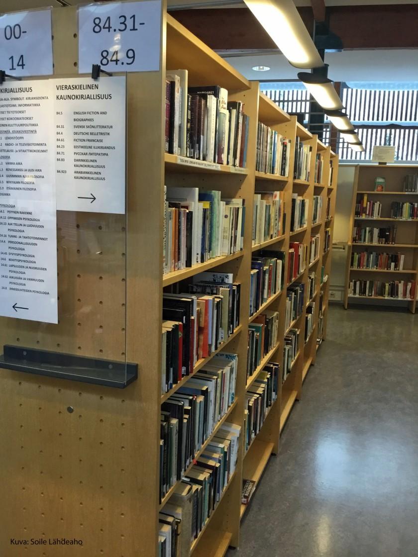 Monikielisen aineiston hyllyt Keuruun kirjastossa.